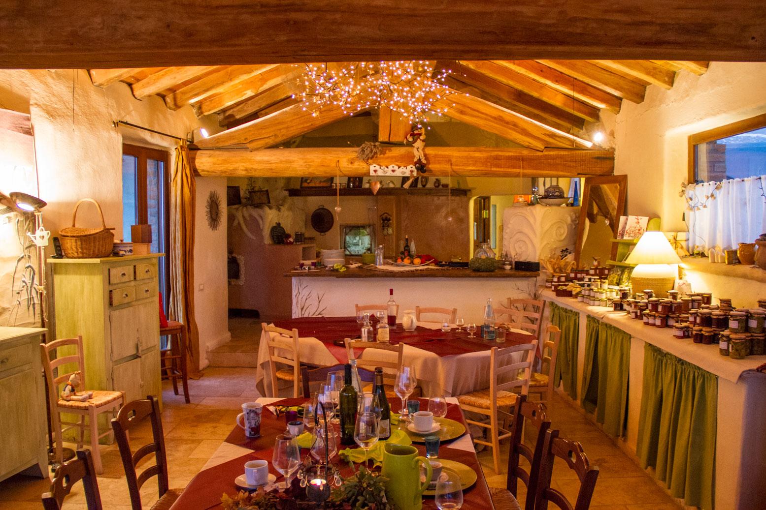 Una domenica alla casa di paglia fortunago tulipando for Piani di casa di balle di paglia di struttura in legno
