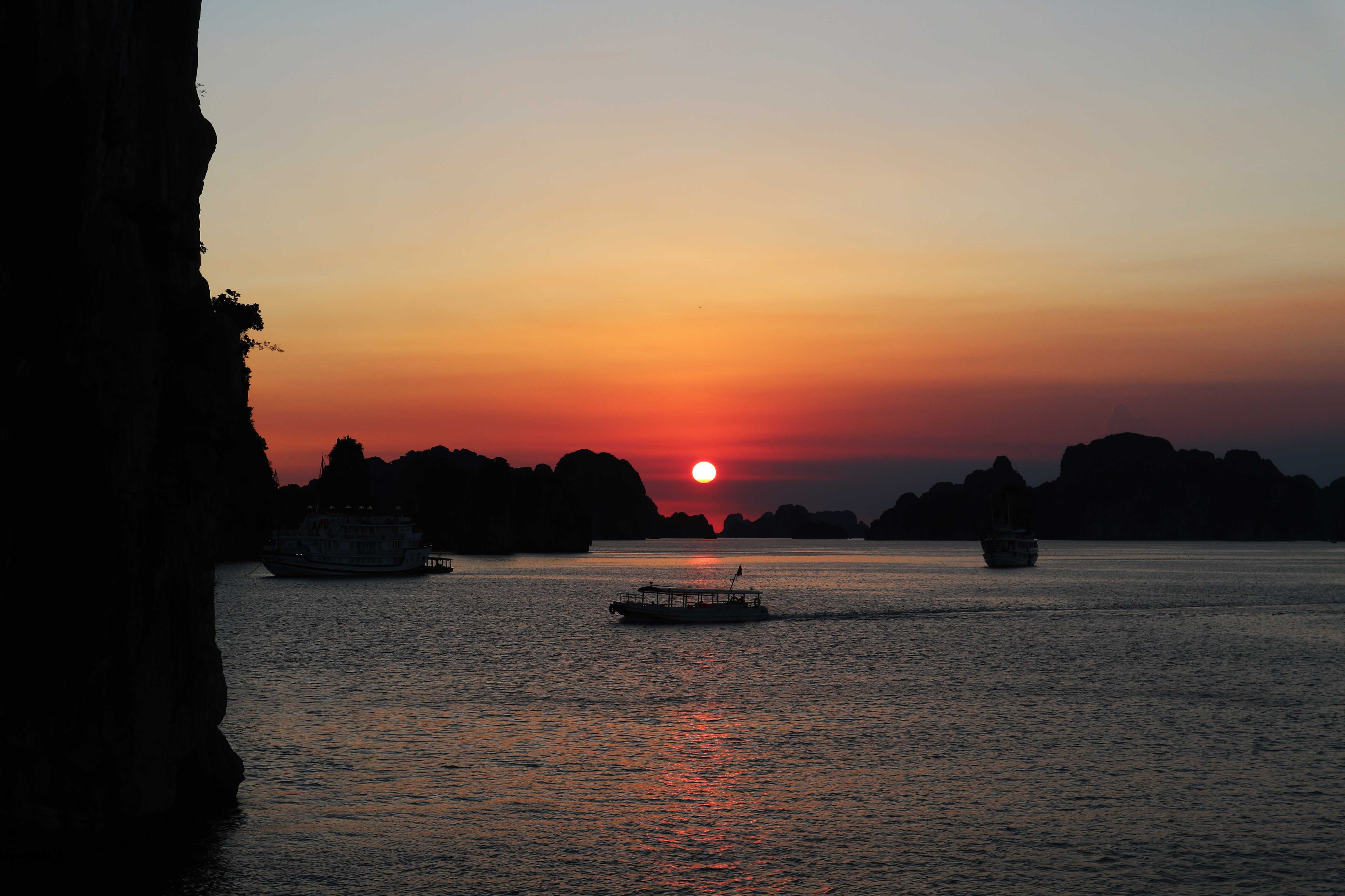 Halong Bay sunset Vietnam_Tulipando